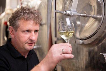 Herr Schönleben prüft Wein im Keller